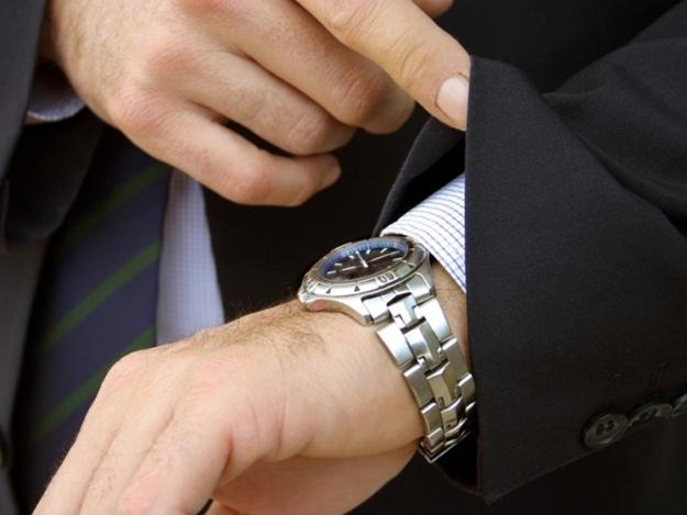 носить чужие часы