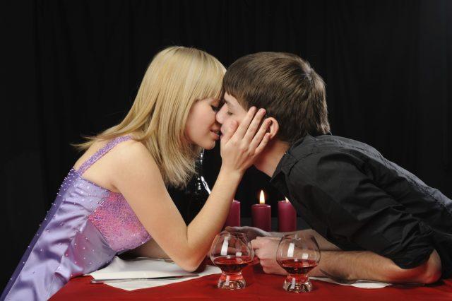 Почему нельзя целоваться через стол?