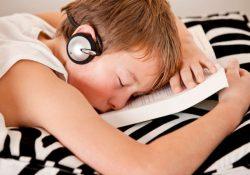 19 1 250x175 - Почему нельзя спать в наушниках?