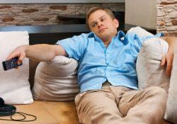 Фото на тему «Почему нельзя смотреть телевизор лежа?»