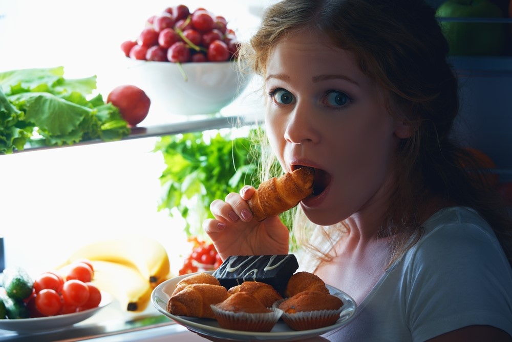 Фото на тему «Почему нельзя есть на ночь?»