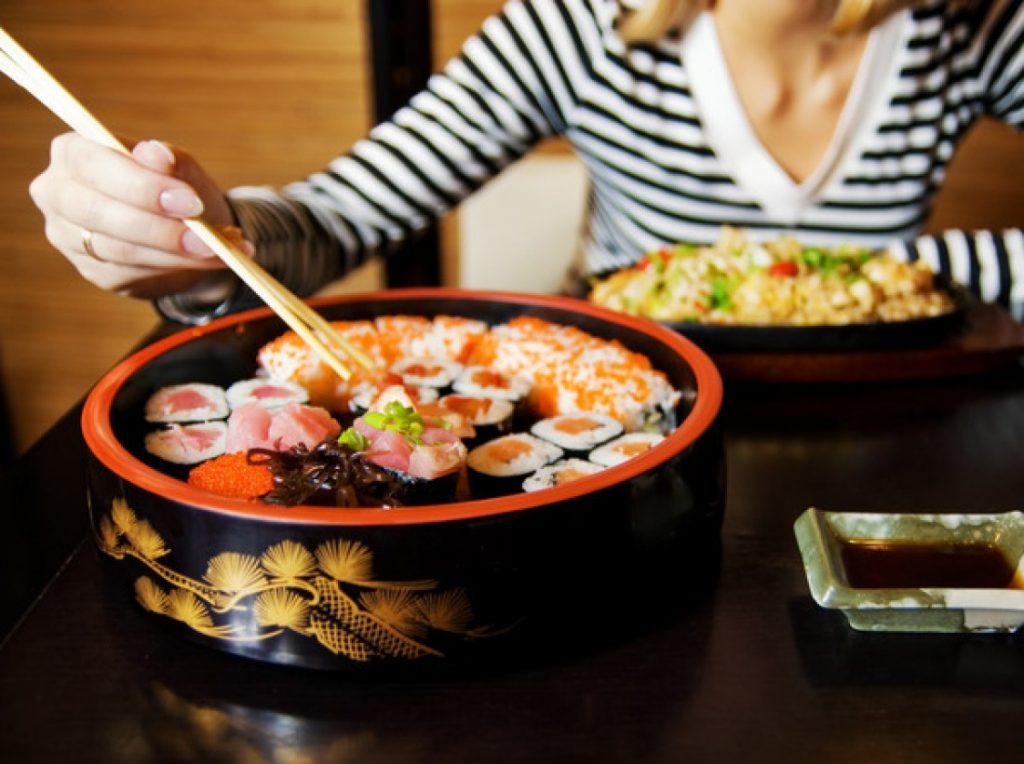 Фото на тему «Чому вагітним не можна їсти суші і роли?»