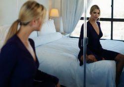 devushka sidit naprotiv zerkala 250x175 - Почему нельзя спать перед зеркалом?