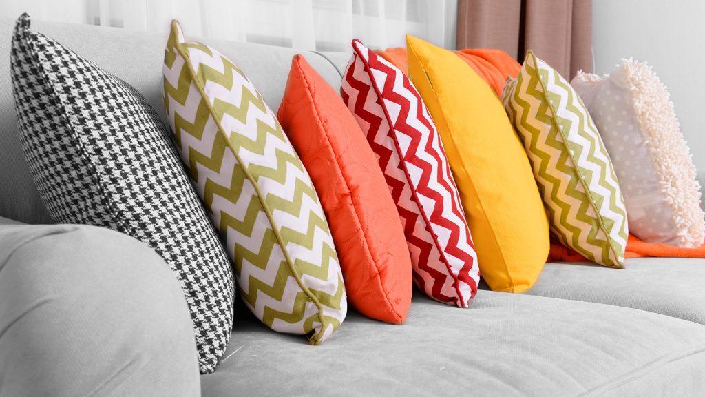 Фото на тему «Чому не можна класти подушку на стіл?»