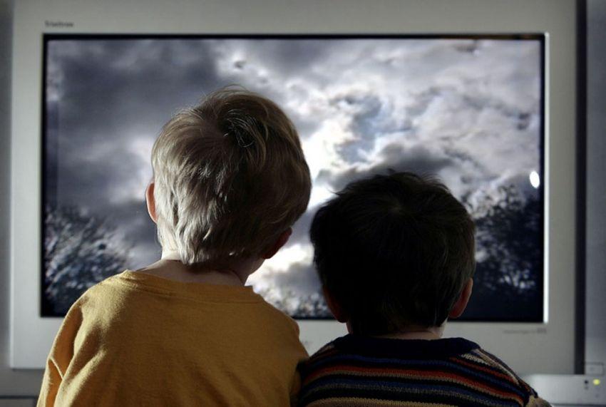 Фото на тему «Почему нельзя близко смотреть телевизор?»