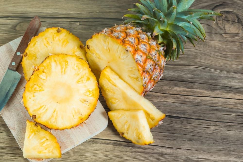 Фото на тему «Чому не можна їсти середину ананаса?»