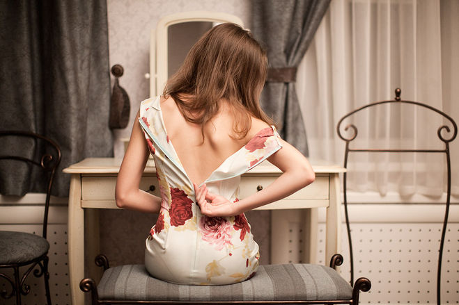 Фото на тему «Почему нельзя одевать платье через ноги?»